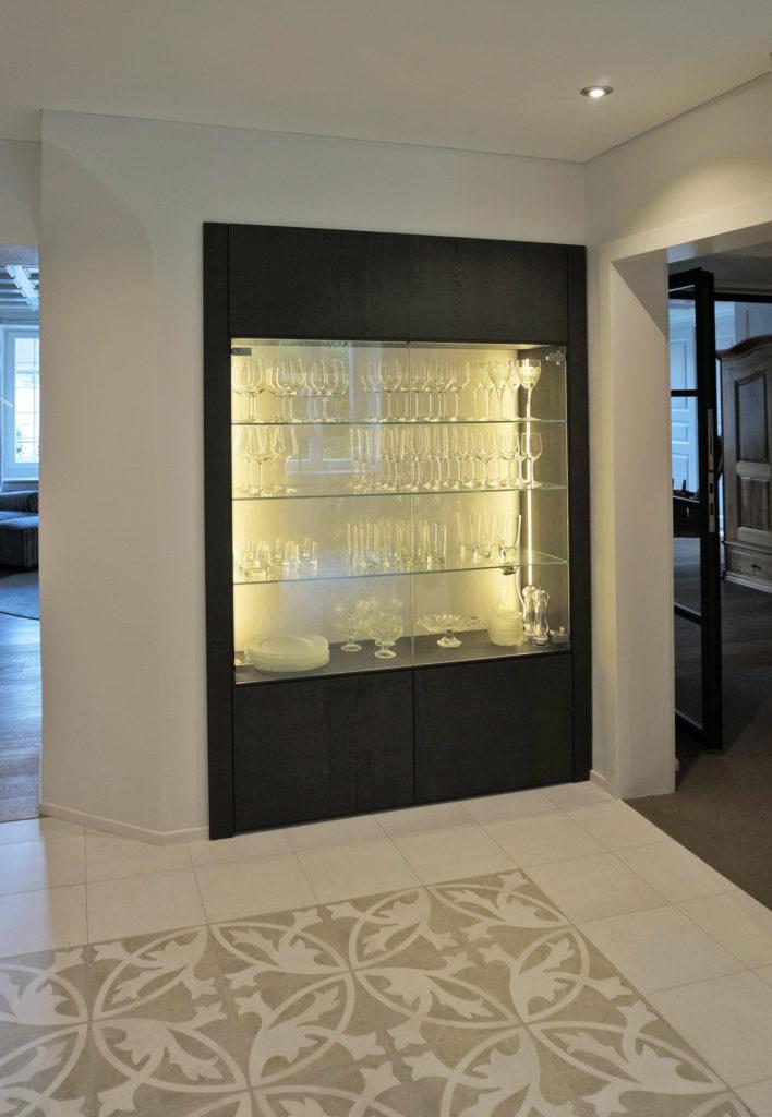 schreinerarbeit edle glasvitrine nach mass eingebaut. Black Bedroom Furniture Sets. Home Design Ideas